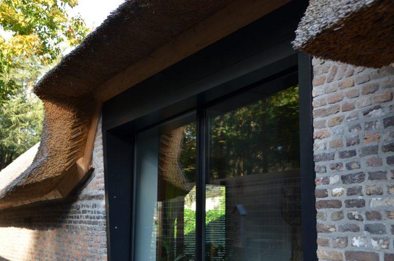 drijvers-oisterwijk-interieur-houten-spant-schoon-metselwerk-gietvloer-wit-stucwerk-verlichting-lichtplan-boerderij-landelijk-modern-rieten-kap-bakstenen-luiken (34)-min