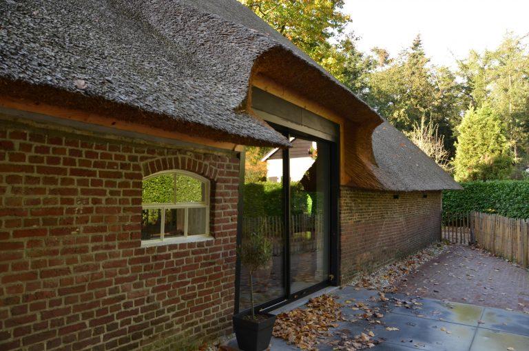 drijvers-oisterwijk-interieur-houten-spant-schoon-metselwerk-gietvloer-wit-stucwerk-verlichting-lichtplan-boerderij-landelijk-modern-rieten-kap-bakstenen-luiken (4)-min