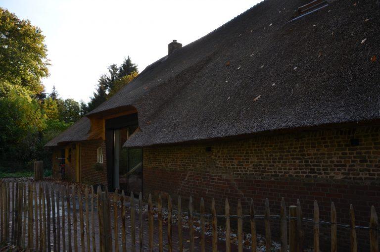 drijvers-oisterwijk-interieur-houten-spant-schoon-metselwerk-gietvloer-wit-stucwerk-verlichting-lichtplan-boerderij-landelijk-modern-rieten-kap-bakstenen-luiken (5)-min