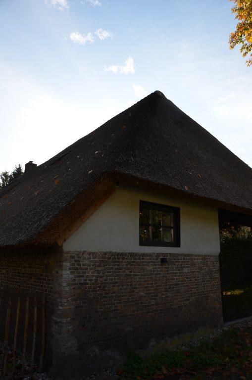 drijvers-oisterwijk-interieur-houten-spant-schoon-metselwerk-gietvloer-wit-stucwerk-verlichting-lichtplan-boerderij-landelijk-modern-rieten-kap-bakstenen-luiken (6)-min