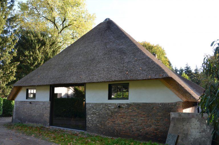 drijvers-oisterwijk-interieur-houten-spant-schoon-metselwerk-gietvloer-wit-stucwerk-verlichting-lichtplan-boerderij-landelijk-modern-rieten-kap-bakstenen-luiken (7)-min