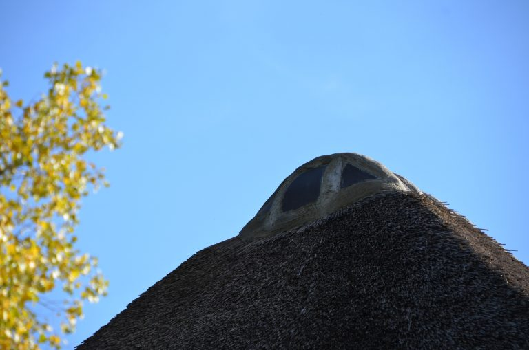 drijvers-oisterwijk-interieur-houten-spant-schoon-metselwerk-gietvloer-wit-stucwerk-verlichting-lichtplan-boerderij-landelijk-modern-rieten-kap-bakstenen-luiken (8)-min