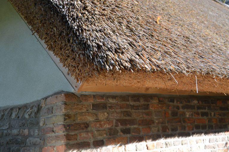 drijvers-oisterwijk-interieur-houten-spant-schoon-metselwerk-gietvloer-wit-stucwerk-verlichting-lichtplan-boerderij-landelijk-modern-rieten-kap-bakstenen-luiken (9)-min