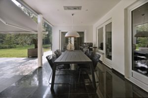drijvers-oisterwijk-verbouwing-exterieur-dakpannen-hout-wit-stuc-buitenhaard-vijver (11)