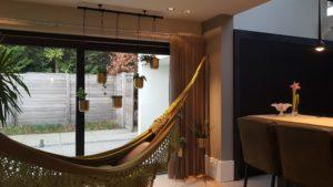 Drijvers-Oisterwijk-verbouwing-woonhuis-interieur-strak-leer-keuken-bar-hangmat (2)