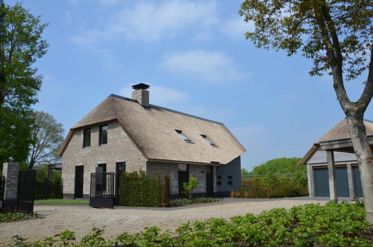 drijvers-oisterwijk-nieuwbouw-villa-riet-hout-bakstenen-exterieur-particulier (1)