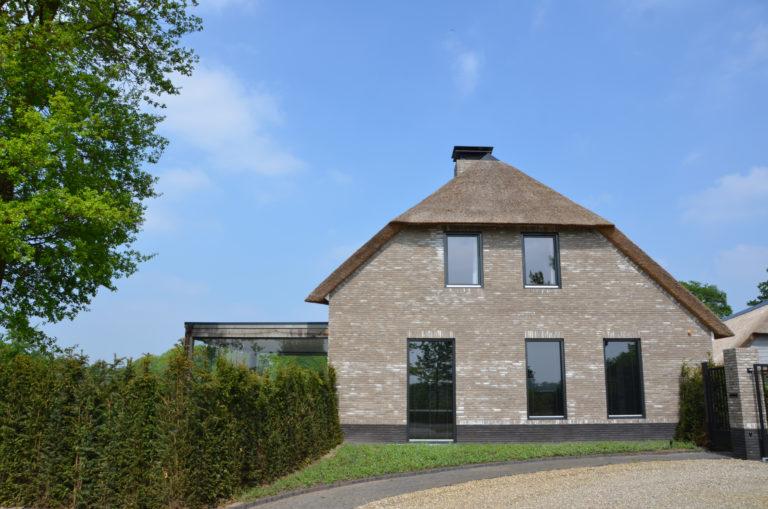 drijvers-oisterwijk-nieuwbouw-villa-riet-hout-bakstenen-exterieur-particulier (11)