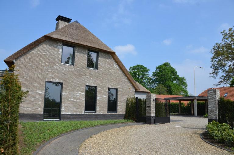 drijvers-oisterwijk-nieuwbouw-villa-riet-hout-bakstenen-exterieur-particulier (12)