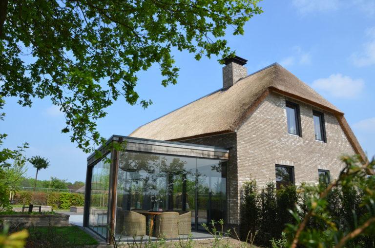 drijvers-oisterwijk-nieuwbouw-villa-riet-hout-bakstenen-exterieur-particulier (14)