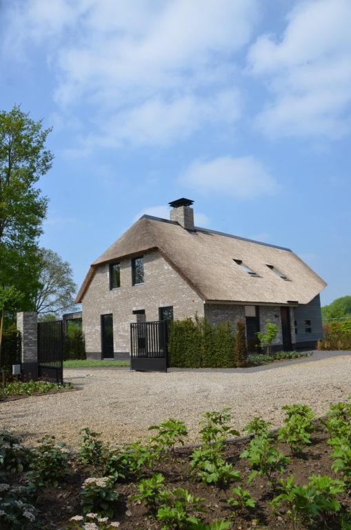 drijvers-oisterwijk-nieuwbouw-villa-riet-hout-bakstenen-exterieur-particulier (15)