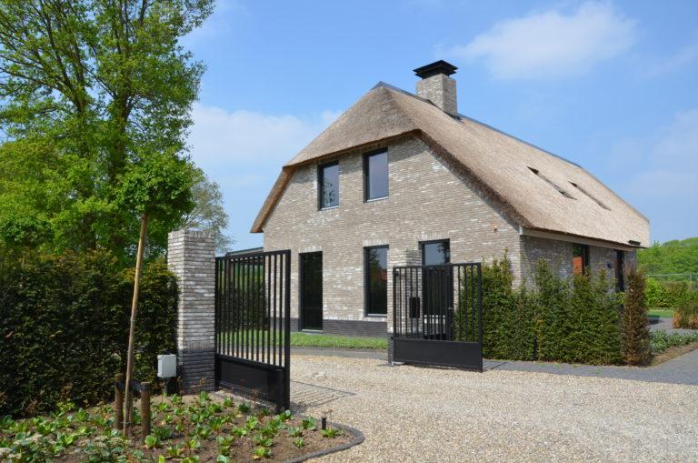 drijvers-oisterwijk-nieuwbouw-villa-riet-hout-bakstenen-exterieur-particulier (2)
