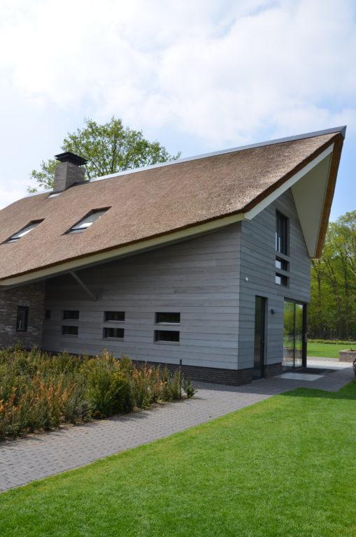 drijvers-oisterwijk-nieuwbouw-villa-riet-hout-bakstenen-exterieur-particulier (3)