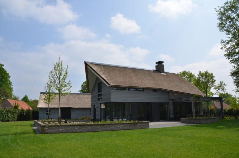 drijvers-oisterwijk-nieuwbouw-villa-riet-hout-bakstenen-exterieur-particulier (4)