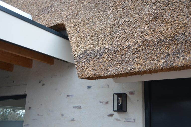 drijvers-oisterwijk-villa-nieuwbouw-exterieur-metselwerk-hout-gevel-riet-kap (12)