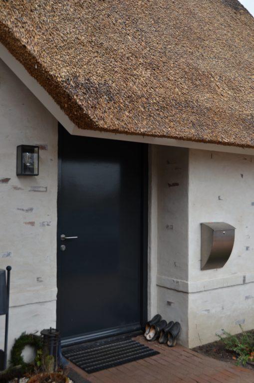 drijvers-oisterwijk-villa-nieuwbouw-exterieur-metselwerk-hout-gevel-riet-kap (14)