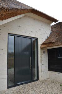 drijvers-oisterwijk-villa-nieuwbouw-exterieur-metselwerk-hout-gevel-riet-kap (17)