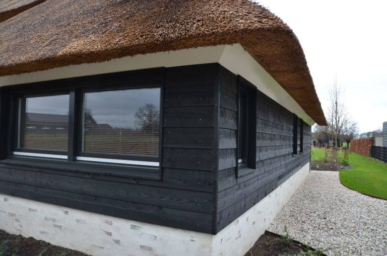 drijvers-oisterwijk-villa-nieuwbouw-exterieur-metselwerk-hout-gevel-riet-kap (20)