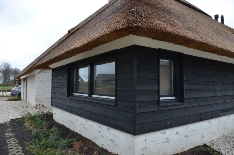 drijvers-oisterwijk-villa-nieuwbouw-exterieur-metselwerk-hout-gevel-riet-kap (21)