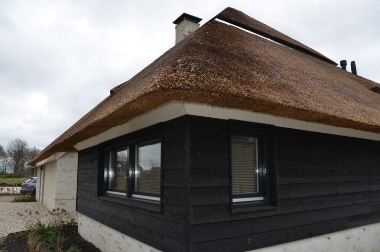 drijvers-oisterwijk-villa-nieuwbouw-exterieur-metselwerk-hout-gevel-riet-kap (22)