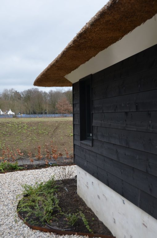 drijvers-oisterwijk-villa-nieuwbouw-exterieur-metselwerk-hout-gevel-riet-kap (23)