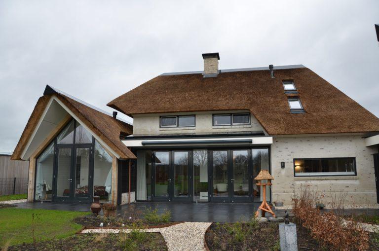 drijvers-oisterwijk-villa-nieuwbouw-exterieur-metselwerk-hout-gevel-riet-kap (25)