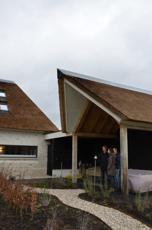 drijvers-oisterwijk-villa-nieuwbouw-exterieur-metselwerk-hout-gevel-riet-kap (26)