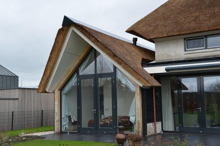 drijvers-oisterwijk-villa-nieuwbouw-exterieur-metselwerk-hout-gevel-riet-kap (27)