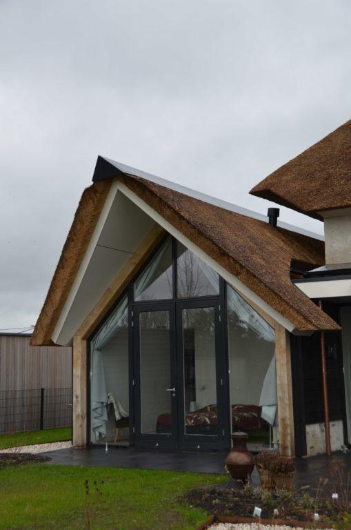drijvers-oisterwijk-villa-nieuwbouw-exterieur-metselwerk-hout-gevel-riet-kap (28)