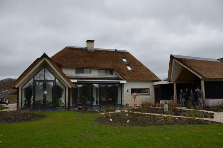 drijvers-oisterwijk-villa-nieuwbouw-exterieur-metselwerk-hout-gevel-riet-kap (29)