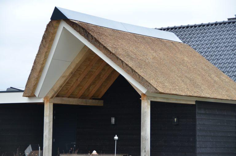 drijvers-oisterwijk-villa-nieuwbouw-exterieur-metselwerk-hout-gevel-riet-kap (31)