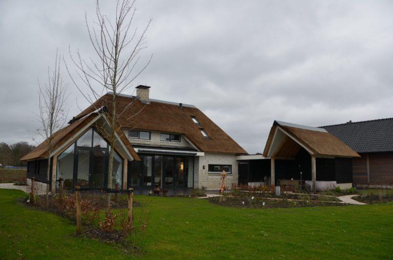 drijvers-oisterwijk-villa-nieuwbouw-exterieur-metselwerk-hout-gevel-riet-kap (32)