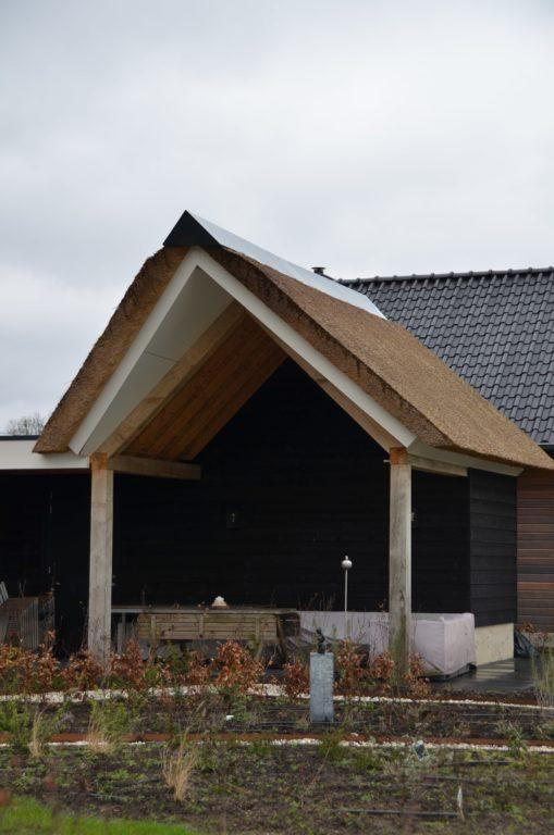 drijvers-oisterwijk-villa-nieuwbouw-exterieur-metselwerk-hout-gevel-riet-kap (33)