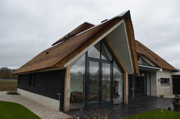 drijvers-oisterwijk-villa-nieuwbouw-exterieur-metselwerk-hout-gevel-riet-kap (34)