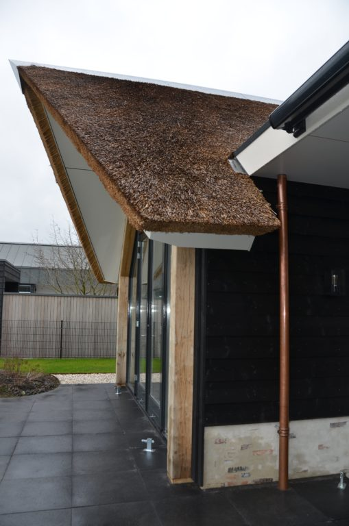 drijvers-oisterwijk-villa-nieuwbouw-exterieur-metselwerk-hout-gevel-riet-kap (35)