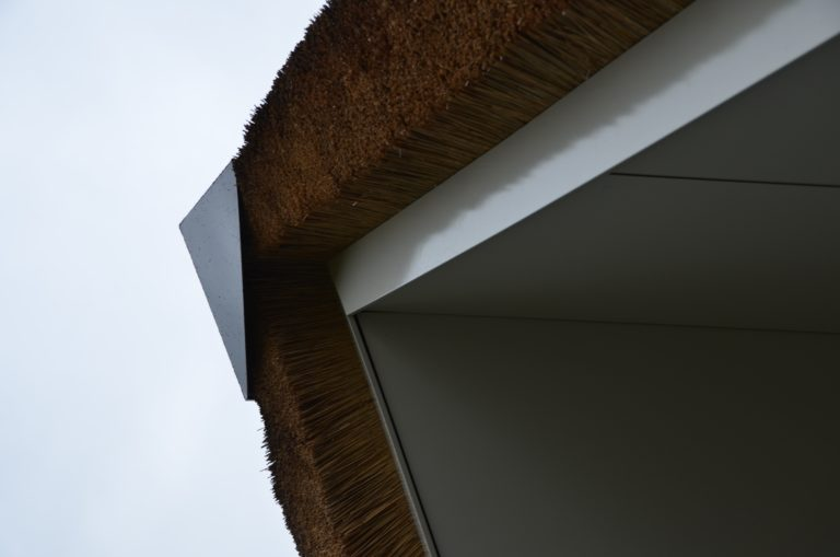 drijvers-oisterwijk-villa-nieuwbouw-exterieur-metselwerk-hout-gevel-riet-kap (36)