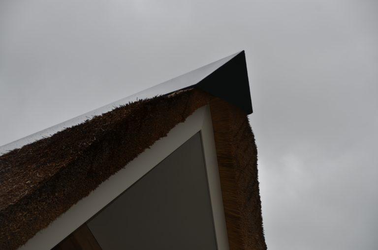 drijvers-oisterwijk-villa-nieuwbouw-exterieur-metselwerk-hout-gevel-riet-kap (37)