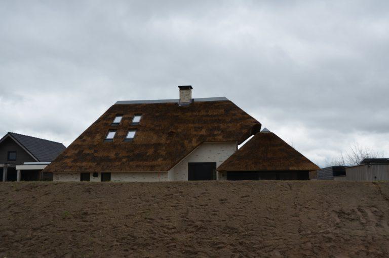 drijvers-oisterwijk-villa-nieuwbouw-exterieur-metselwerk-hout-gevel-riet-kap (4)