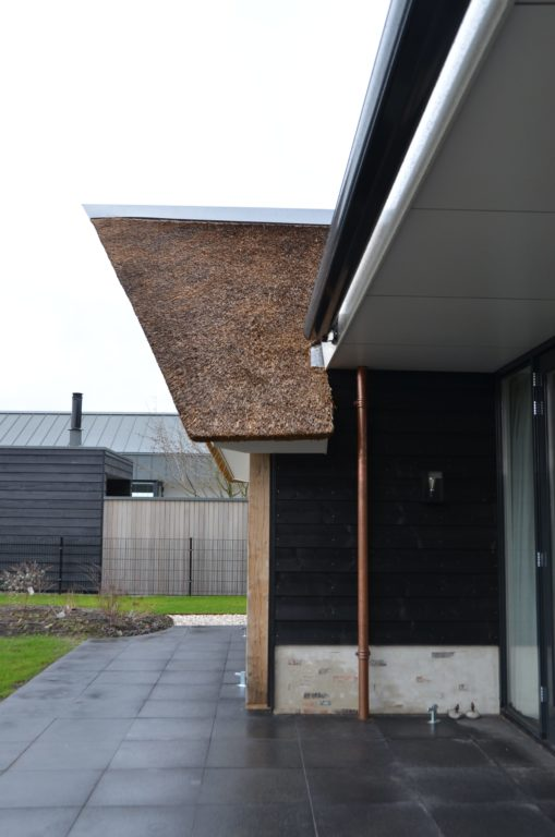 drijvers-oisterwijk-villa-nieuwbouw-exterieur-metselwerk-hout-gevel-riet-kap (41)
