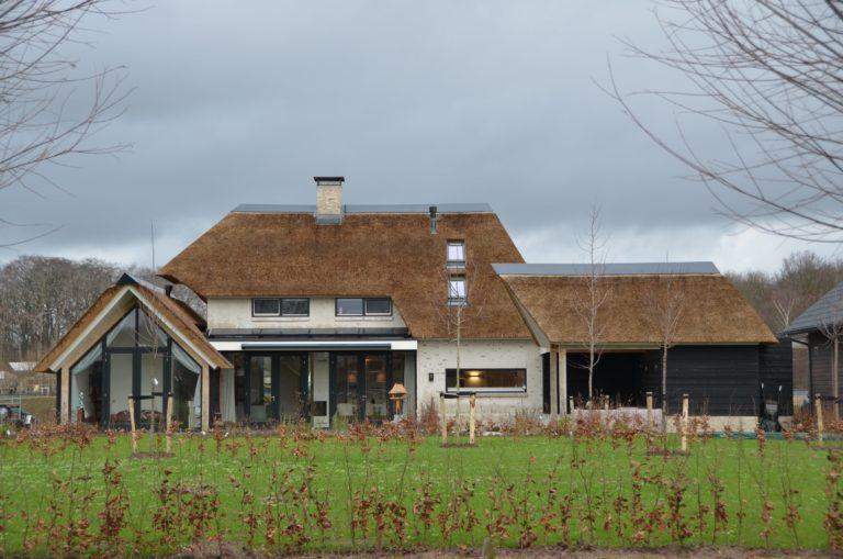 drijvers-oisterwijk-villa-nieuwbouw-exterieur-metselwerk-hout-gevel-riet-kap (42)