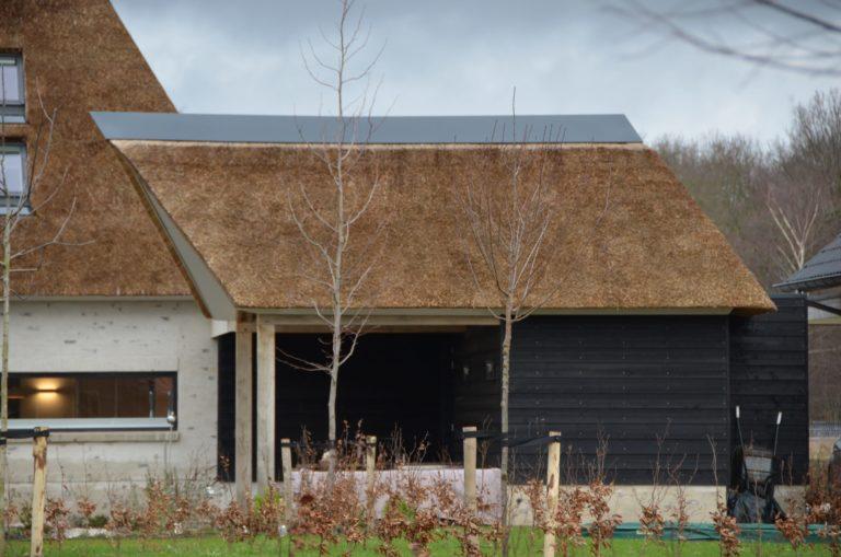 drijvers-oisterwijk-villa-nieuwbouw-exterieur-metselwerk-hout-gevel-riet-kap (44)