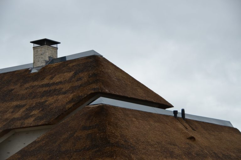 drijvers-oisterwijk-villa-nieuwbouw-exterieur-metselwerk-hout-gevel-riet-kap (5)