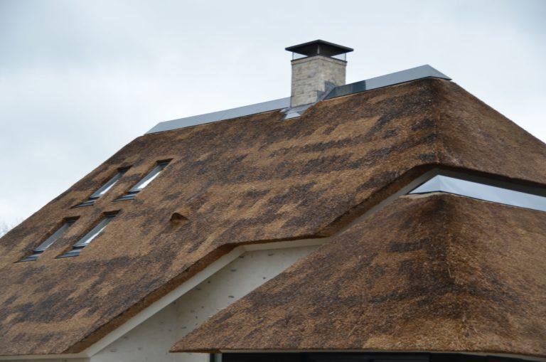 drijvers-oisterwijk-villa-nieuwbouw-exterieur-metselwerk-hout-gevel-riet-kap (6)