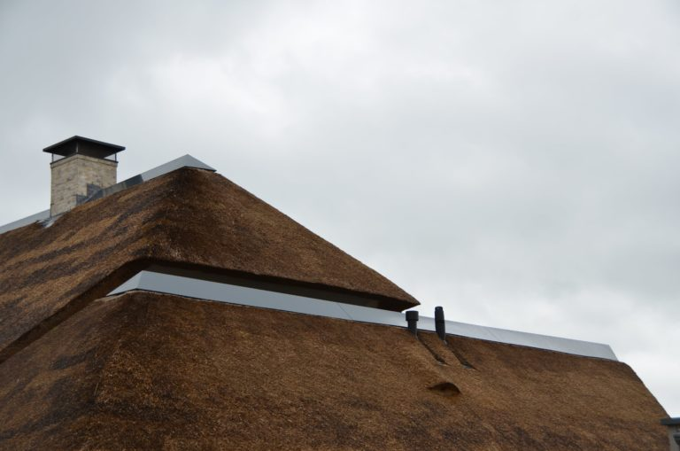 drijvers-oisterwijk-villa-nieuwbouw-exterieur-metselwerk-hout-gevel-riet-kap (8)