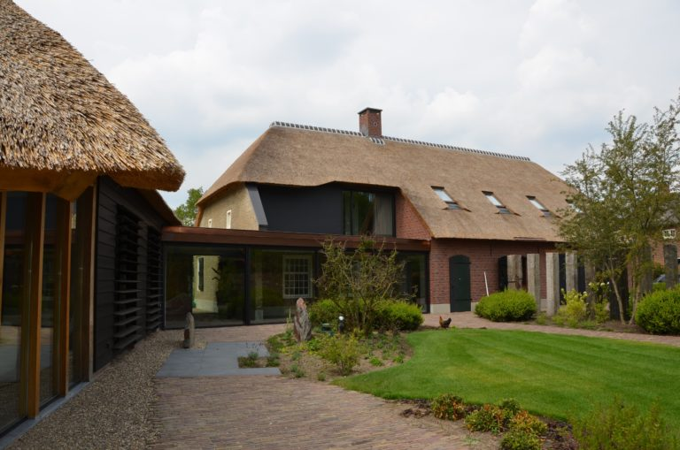 drijvers-oisterwijk-exterieur-nieuwbouw-villa-boerderij-particulier-riet-kap-hout-metselwerk-theehuis-bed-en-breakfast-stal-hout-spant (25)