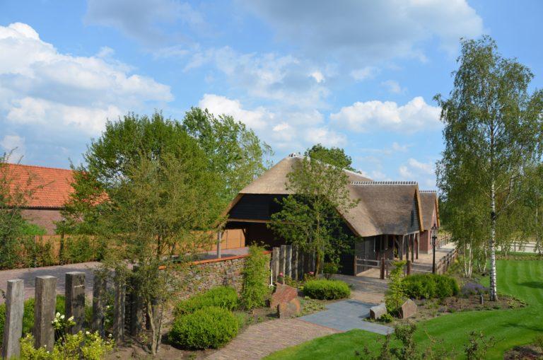 drijvers-oisterwijk-exterieur-nieuwbouw-villa-boerderij-particulier-riet-kap-hout-metselwerk-theehuis-bed-en-breakfast-stal-hout-spant (4)