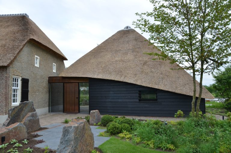 drijvers-oisterwijk-exterieur-nieuwbouw-villa-boerderij-particulier-riet-kap-hout-metselwerk-theehuis-bed-en-breakfast-stal-hout-spant (5)
