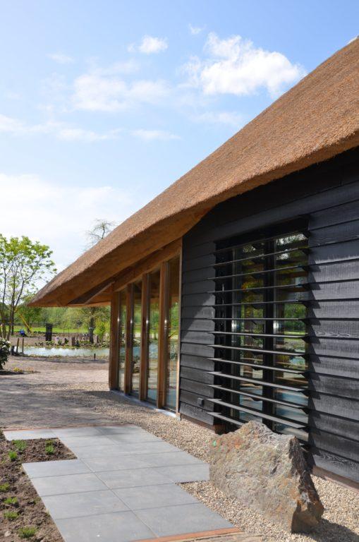 drijvers-oisterwijk-exterieur-nieuwbouw-villa-boerderij-particulier-riet-kap-hout-metselwerk-theehuis-bed-en-breakfast-stal-hout-spant (6)