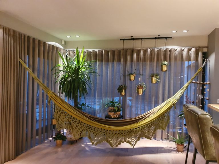 drijvers-oisterwijk-verbouwing-interieur-hangmat-modern-brazilië-groen-keuken