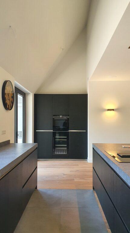 drijvers-oisterwijk-interieur-nieuwbouw-villa-zwarte-kozijnen-modern (11)