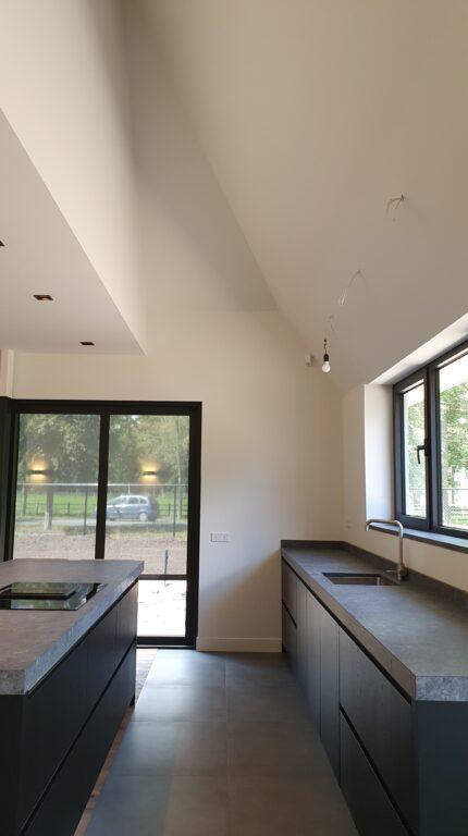 drijvers-oisterwijk-interieur-nieuwbouw-villa-zwarte-kozijnen-modern (12)